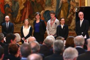 Cinq jeunes posent des questions à M. le Présiden de la République depuis la salle